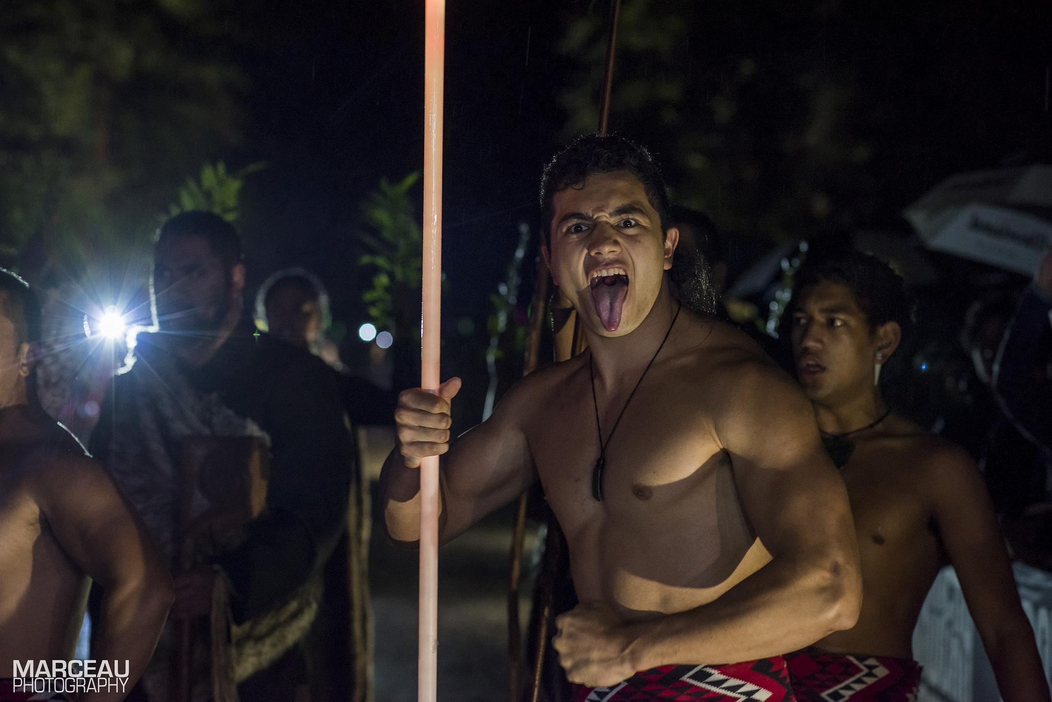 Maorys, mężczyzna tańczący taniec haka
